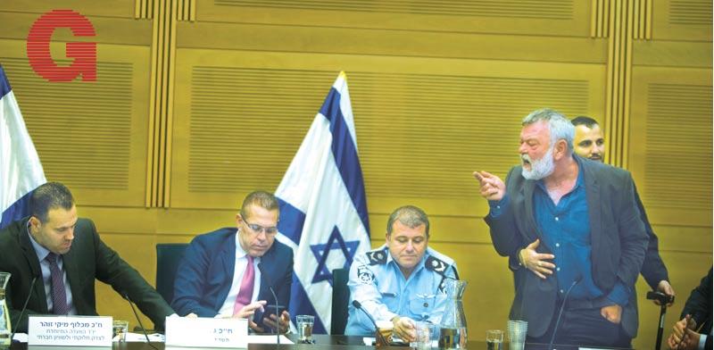 """ח""""כ גילאון מוצא מהוועדה על-ידי סדרני הכנסת  / צילום: ליאור מזרחי"""