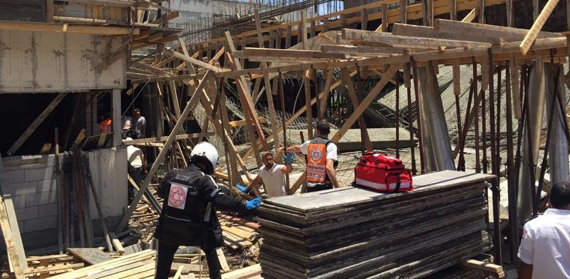 """תאונת בנייה בגני תקוה / צילום:  צחי רוזנהפט תיעוד מבצעי מד""""א"""