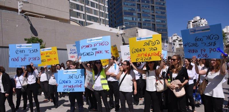 """מאות עוזרות ועוזרים משפטיים מפגינים מול בית המשפט בת""""א / צילום: יחצ"""
