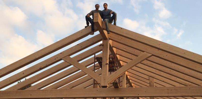 """אלון ומתן האחים לבית """"מוגלי תכנון ובניה בעץ"""" בסיום הרכבת הגג האחרון  נובמבר / צילום: אילן עמיחי"""
