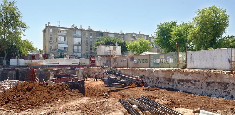 """אתר בנייה של חברת יובלים בשכונת מורשה. """"מרגישים שהשכונה עוברת שינוי"""" / צילום: איל יצהר"""