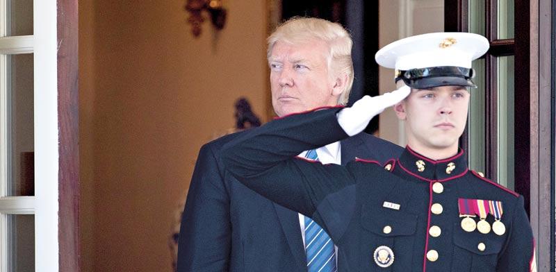 הנשיא טראמפ יוצא מפתח הבית הלבן. לאיש אסור לשבש הליכי חקירה / צילום: רויטרס