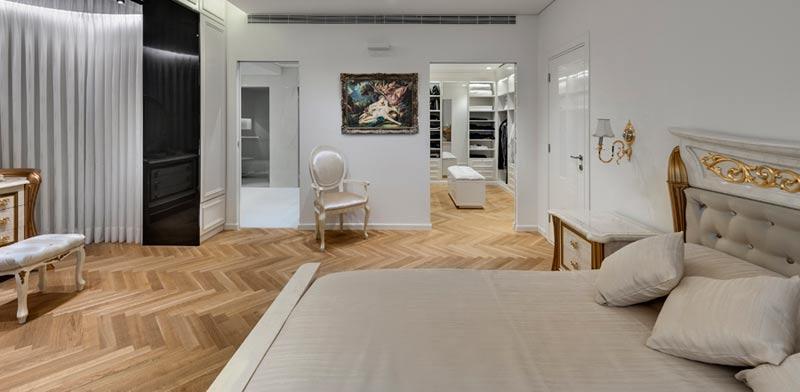 חדר שינה אצילי עם חדר ארונות מרווח / צילום: עודד סמדר