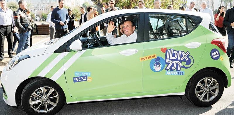 """ראש עיריית ת""""א חולדאי במכונית אוטו–תל / צילום: יח""""צ"""