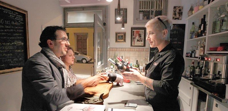 ברטר של יין תמורת ארוחה בפירנצה  / צילום: רויטרס