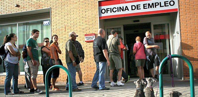 תור בכניסה ללשכת התעסוקה במדריד / צילום: רויטרס