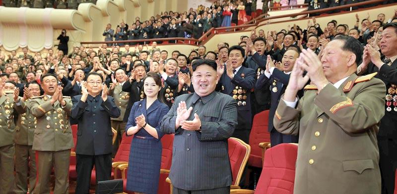קים ג'ונג און מוחא כפיים בחגיגה לכבוד מדעני גרעין ומהנדסים שהשתתפו בניסוי פצצת המימן / צילום: רויטרס