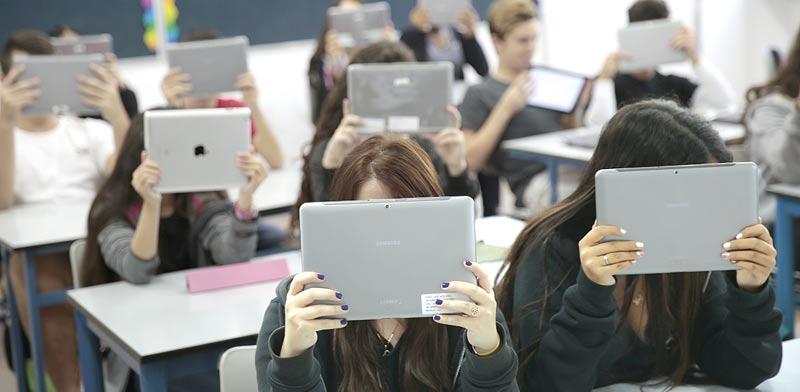 תלמידי תיכון לומדים באמצעות טאבלטים. עוני ממשי בישראל הוא תופעה שולית  / צילום: כפיר זיו