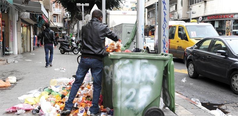 האשפה עולה על גדותיה / צילום: תמר מצפי