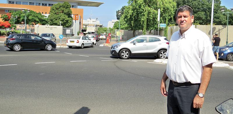 """ראש עיריית גבעת שמואל. 10 מטרים מאחוריו נמצאת """"אוניברסיטת המריבה"""" / צילום: עיריית גבעת שמואל"""