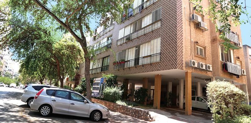 בניין המריבה ברעננה. 21 דירות מגורים / צילום: אלון רון