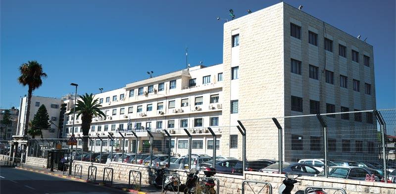 משרד המשפטים בירושלים (למעלה) ובתל אביב (למטה). למה צריך שניים / צילום: איל יצהר