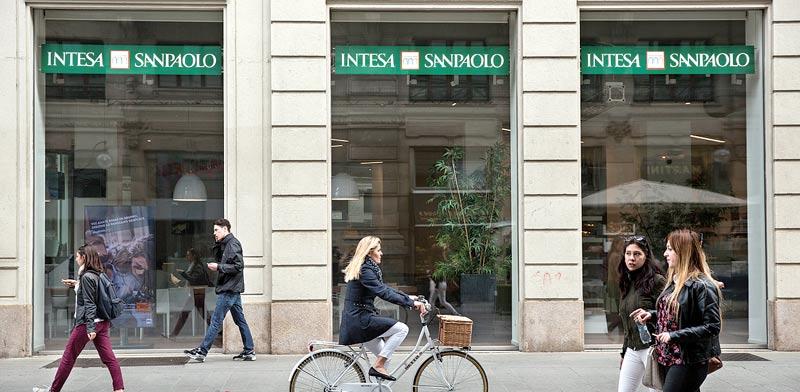 סניף של בנק אינטסה סאן פאולו במילאנו / צילום: בלומברג