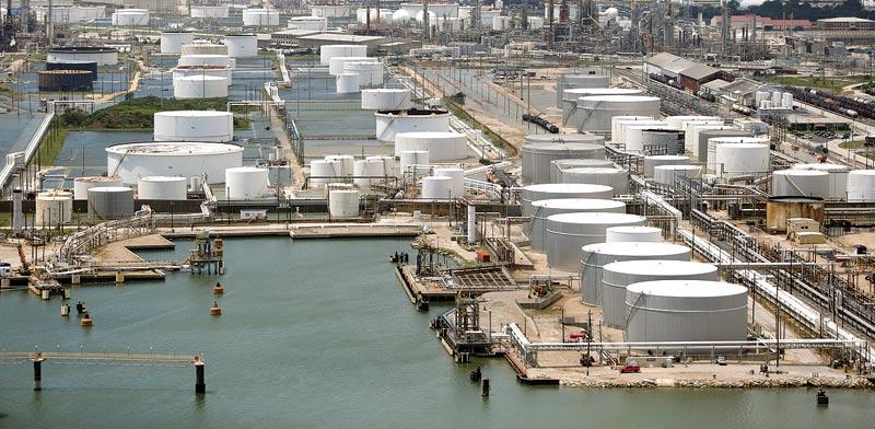 מכלי נפט בטקסס שהוצפו במים בעקבות הוריקן הארווי  / צילום: צילום: Luke Sharrett, בלומברג