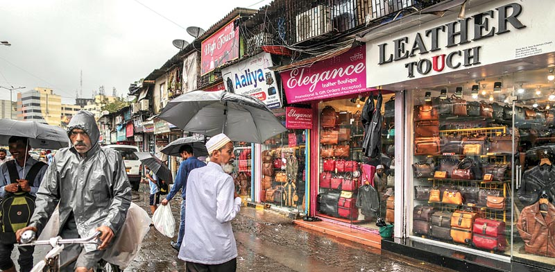 חנויות בשכונת העוני דהראווי במומביי, הודו /  צילום: בלומברג