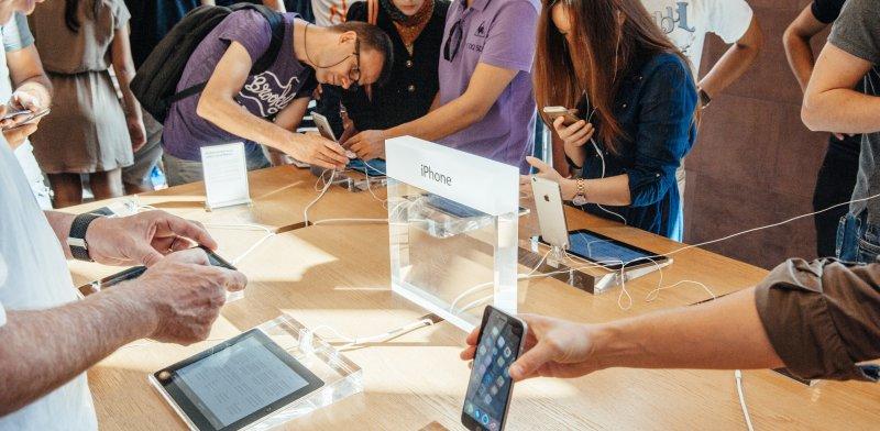 לקוחות בחנות אפל / צילום: שאטרסטוק, א.ס.א.פ קריאייטיב