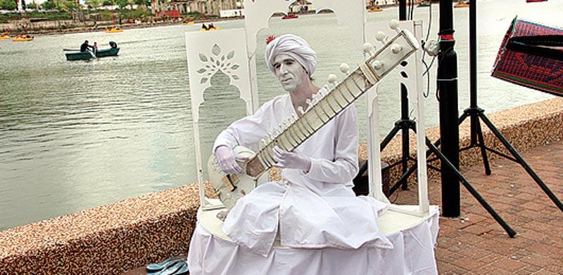 פסל אנושי בפסטיבל / צילום: שלמה שרביט