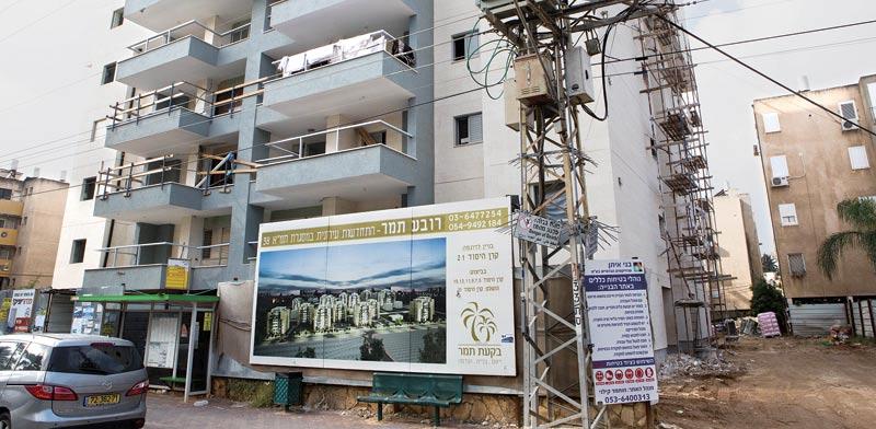 בניין בזמן חיזוק  / צילום: שלומי יוסף