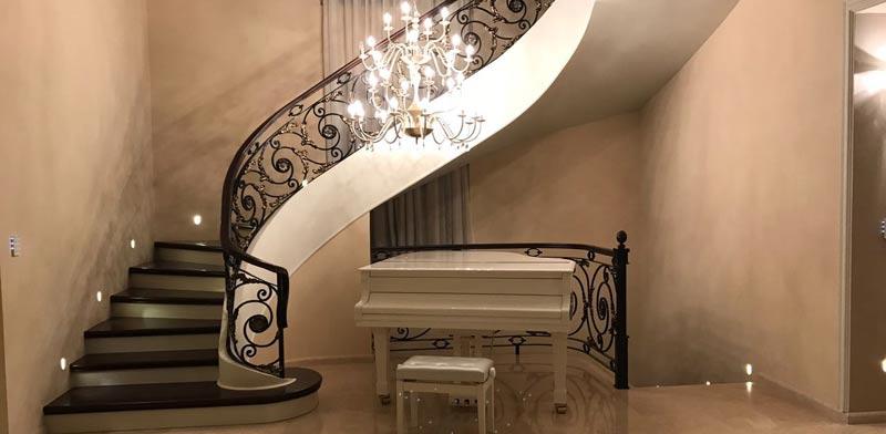 גרם מדרגות בבית פרטי עם מעקות בעיצוב מיוחד / צילום: תומר שונם הלוי
