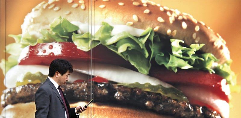 חשיפה לפרסומות למזון לא בריא מגבירה אכילת מזון כזה / צילום: רויטרס תמונה פרטית