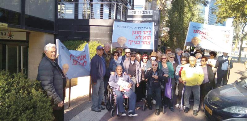 """הפגנה של דיירי בית הדיור המוגן נגד הפניקס / צילום:  יח""""צ"""