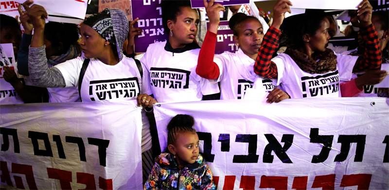 הפגנה נגד גירוש הפליטים / צילום: Corinna Kern, רויטרס