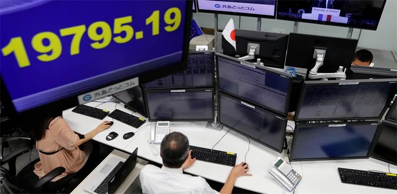סוחרים בבורסת טוקיו / צילום: טורו הנאי, רויטרס