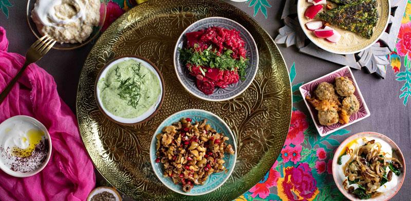 מגש של מטעמים קטנים עם ירקות ועשבי תיבול / צילום: שרית גופן