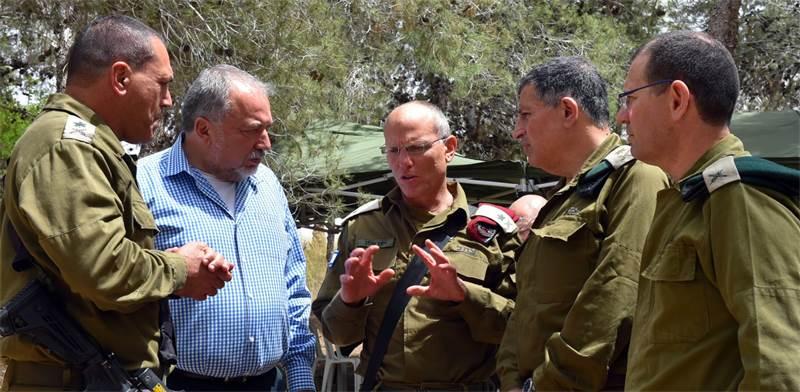 ליברמן עם מפקדים בגזרה בביקורו בעוטף עזה / צילום: אריאל חרמוני, משרד הביטחון
