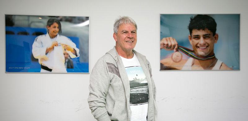 משה פונטיו ברקע תמונות של אורן סמדג'ה וירדן ג'רבי/ צילום: אלון רון