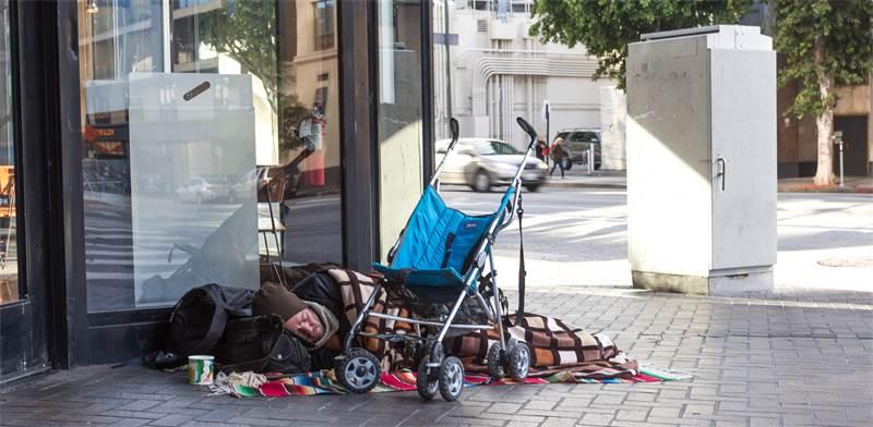 חסר בית ישן על מדרכה / צילום: shutterstock