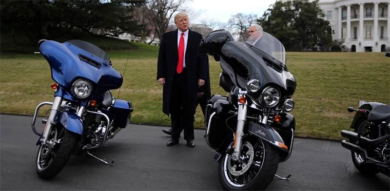 דונלד טראמפ לצד אופנועי הארלי דיווידסון / רויטרס