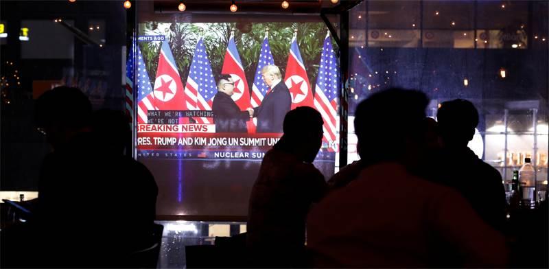 צופים בפסגת הגרעין בסינגפור \ צילום: רויטרס