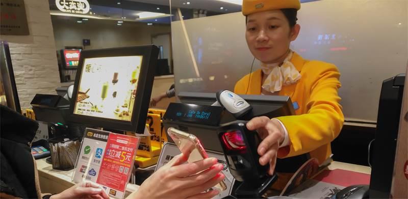 תשלום באפלייקצית WeChat Pay בסין / צילום: Shuttestock