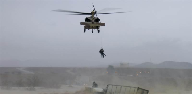מסוק צבאי מחלץ אנשים בשיטפון / צילום: רויטרס
