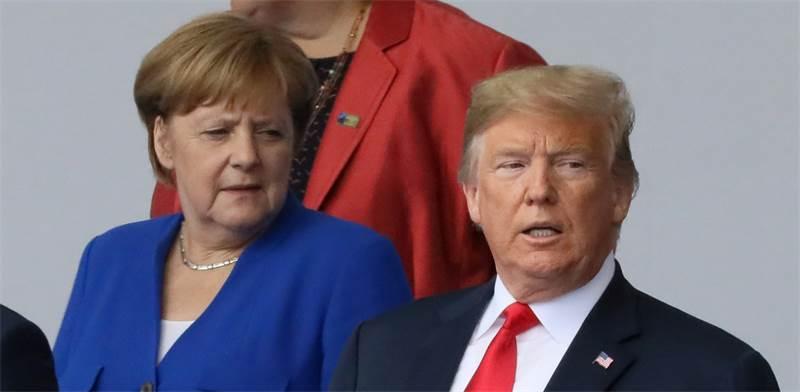 """דונלד טראמפ ואנגלה מרקל בפגישת נאט""""ו היום / צילום: רויטרס"""