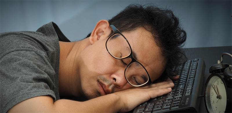 עובד עייף / צילום: SHUTTERSTOCK
