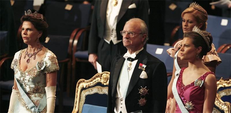 משפחת המלוכה השבדית. המלך קרל השישה עשר גוסטב מעניק את פרס הנובל לזוכים / צילום: רויטרס