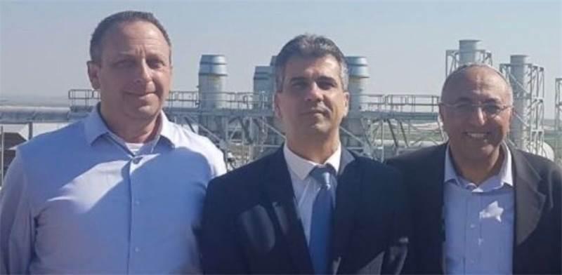 """אבירם דהרי, ראש עיריית קריית גת; אלי כהן, שר הכלכלה והתעשייה; ויניב גרטי, מנכ""""ל אינטל"""