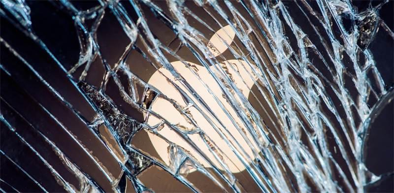 אייפון שבור / צילום: SHUTTERSTOCK