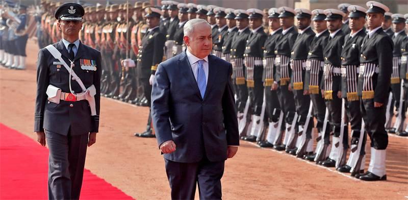 ראש הממשלה נתניהו סוקר את משמר הכבוד ההודי בעת טקס קבלת הפנים להגעתו למדינה / צילום: Adnan Abidi, רו
