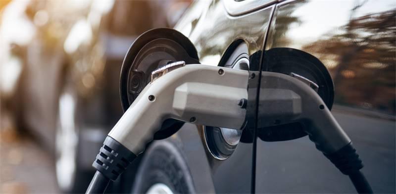 טעינת רכב חשמלי / צילום: שאטרסטוק