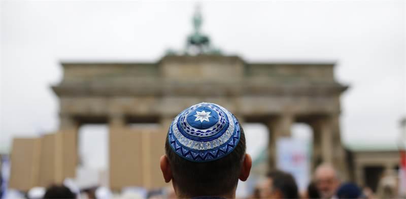 יהודי חובש כיפה עומד מול שער ברנדנבורג בברלין / צילום: Thomas Peter, רויטרס
