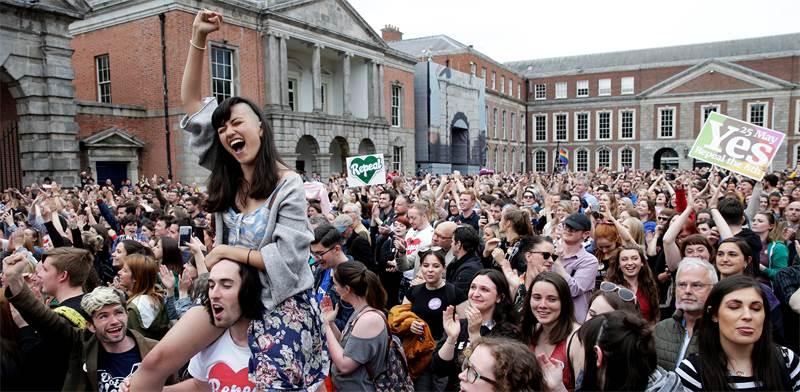 חגיגות הניצחון של התומכים בהפלות באירלנד אתמול / צילום: רויטרס