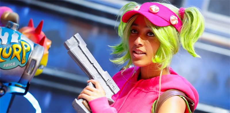 אישה מחופשת לשחקנית פורטנייט / צילום: רויטרס