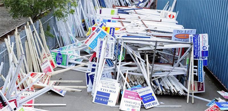 """שלטים של מתווכי נדל""""ן זרוקים בערמה בבריטניה בשנת 2008 / צילום: רויטרס"""