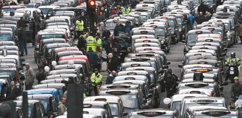 הפגנת נהגי מוניות בלונדון נגד פעילות אובר בעיר. מבחינת העיר, החשש הוא שהחברה מוסיפה לעומסי התחבורהצי