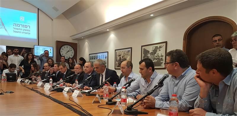 מכריזים על הרפורמה בחברת החשמל / צילום: עמירם ברקת