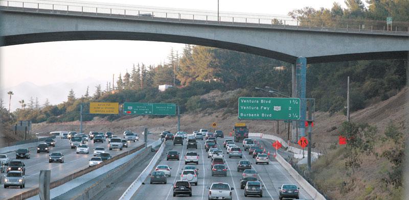כלי רכב על כביש מהיר בלוס אנג'לס. /  צילום: רויטרס, JASON REDMOND
