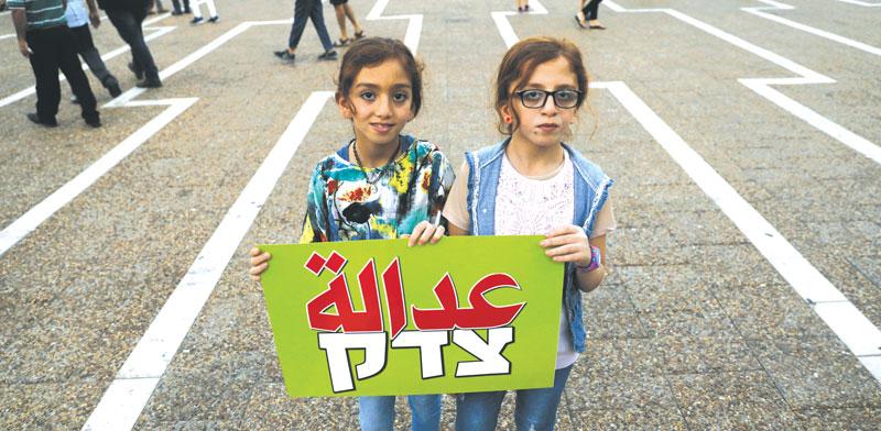 שתי מפגינות נגד חוק הלאום  / צילום:גטי
